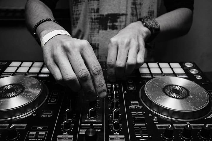 So finden Sie den richtigen Hochzeits-DJ